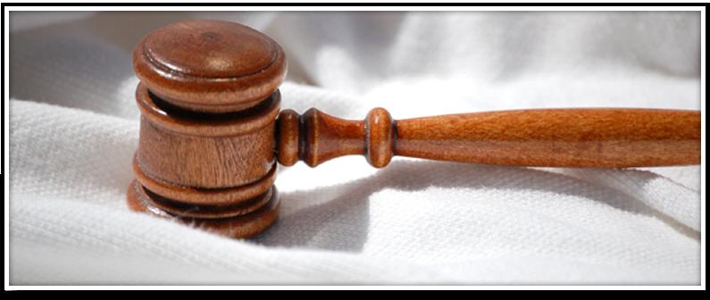 Primer plano de un mazo de juez sobre una tela blanca