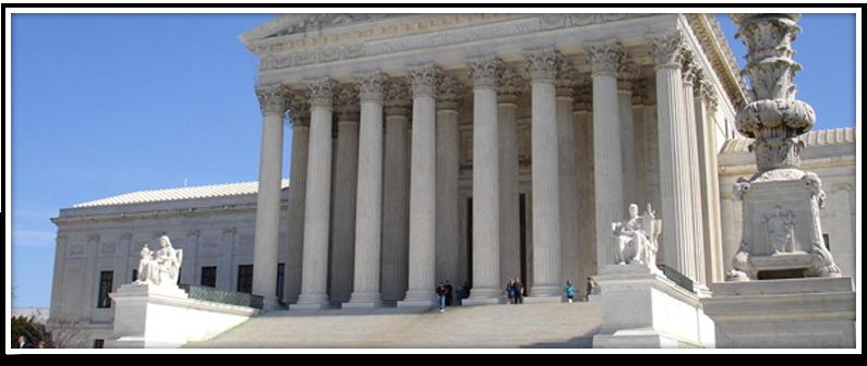 Vista exterior de un edificio de juzgados con columnas romanas